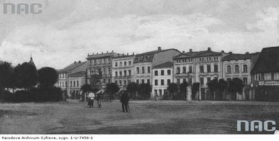 Fragment rynku z usytuowanymi przy nim kamienicami. 1918 - 1928