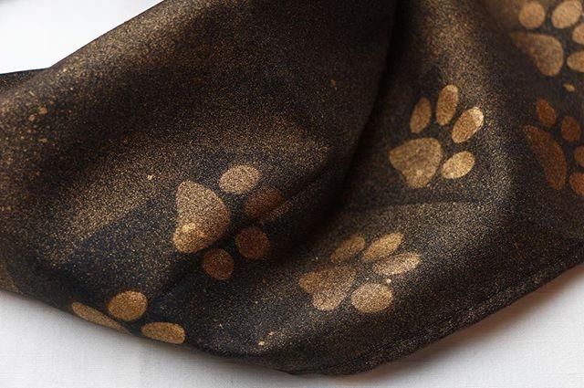 Modell Halstuch Pfoten Kupfer Farbenschwarz und Metallic