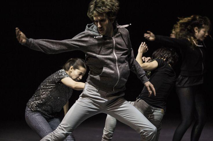 Die fünf Tänzer beschwören kraftvolle Momente kollektiver Zugehörigkeit und geben dem vitalen Prozess von Demokratie neue Kraft.