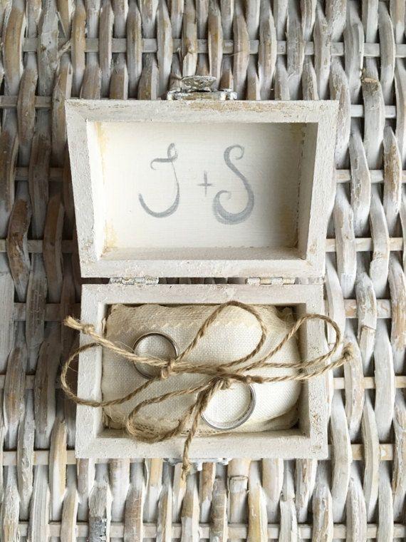Piccolo scrigno porta fedi in legno dipinto a mano e decorato all'interno con cotone, pizzo e corda naturale. E' possibile personalizzare la scatola con le iniziali degli sposi dipinte a mano (come nella foto).  Idee: l'ideale per un matrimonio in stile shabby-chic, vintage o rustico. Riutilizzo: come piccolo portagioie.  Dimensioni: 9.5 x 8.5 x 6 cm  Note: la personalizzazione verrà realizzata in 1-2 giorni lavorativi. Ricordati di comunicarmi al momento dell'acquisto le iniziali per la…