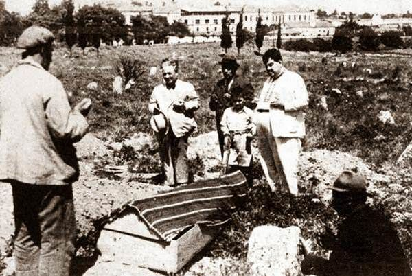 24 Temmuz 1941'de hayatını kaybeden tiyatro oyuncusu Afife Jale'nin cenazesi Bakırköy'de defnediliyor.