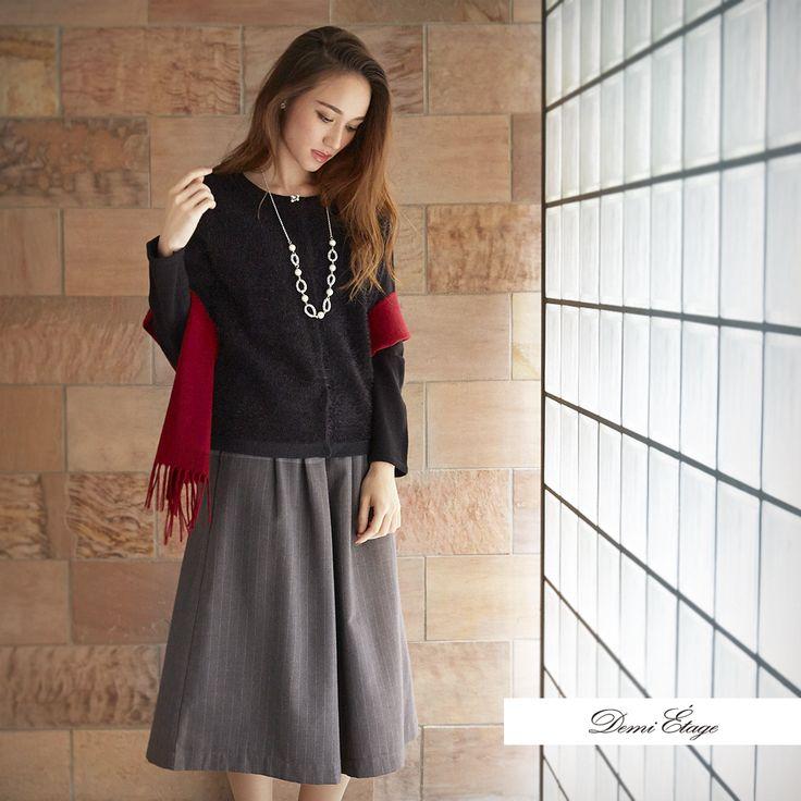 モノトーンのシンプルコーデも アクセントカラーの赤で気分を上げて #maria_coordinate #大人カジュアル #demi_etage #ドゥミエタージュ #ootd #fashion #winter #冬コーデ #カーデ #スカーチョ #プチプラ #赤