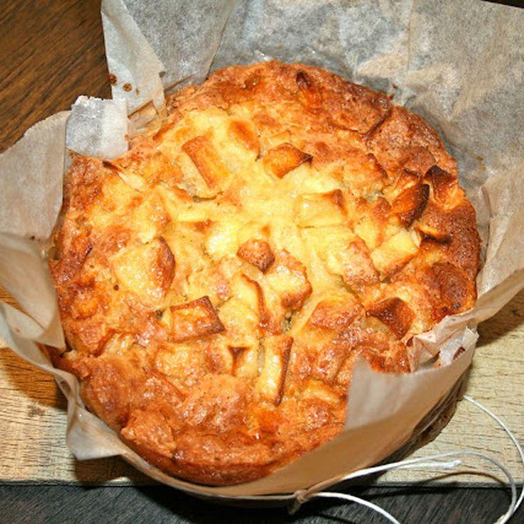 Ik weet het, het is niet echt bakweer, wel om te bakken in de zon, maar niet om te bakken in de oven en toch heb ik een appelcake gemaakt. Straks begint de Meesterbakker op VTM en dan gaan mijn vingers altijd jeuken om ook aan het bakken te slaan. Vanavond zijn we de bakkriebels …