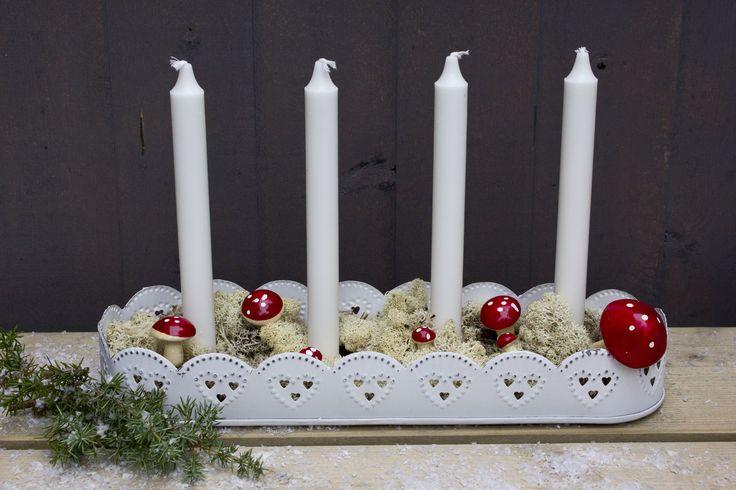 En vit ljusstake med hjärtan, perfekt för den som vill hålla jul pyntet simpelt!  www.homefeeling.se