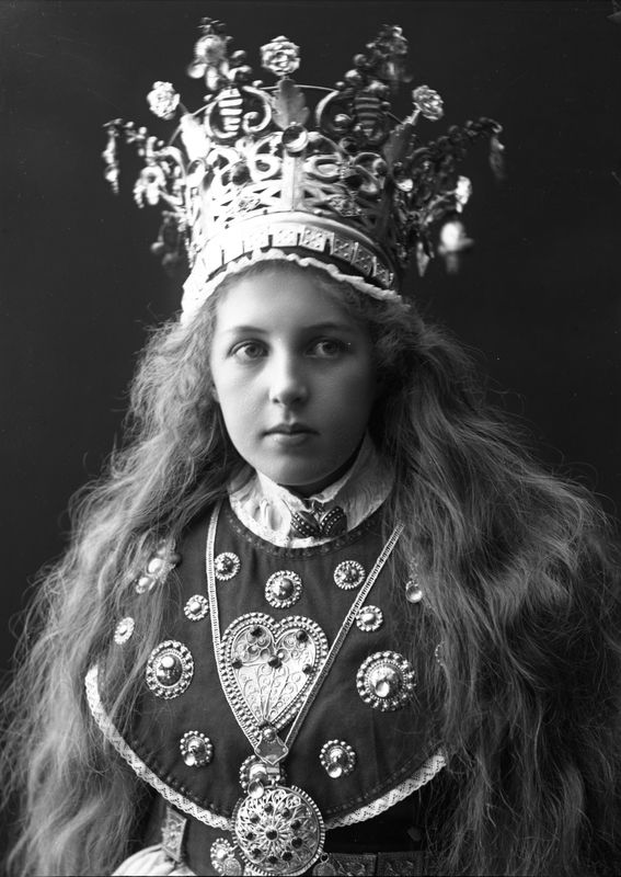 Photography of woman with wedding dress and bridal crown from Sogn | Solveig Lund | 1895-1899 | Norsk Folkemuseum | Public Domain
