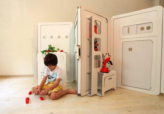 Questa è una casetta in cartone, uno spazio che il bambino può modellare intorno a se, può aprire e costruire, colorare ed inventare. My Space ed al momento è solo un meraviglioso progetto di laure...