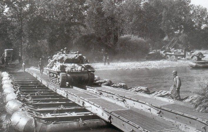 Un Tank Destroyer M10 de la 3rd Army traverse la Moselle sur un pont Treadway