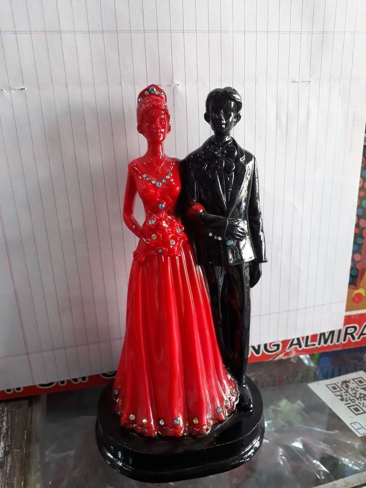 Attractive Red Black Color Couple Showpeice Plastic Resin For Special Day Gift