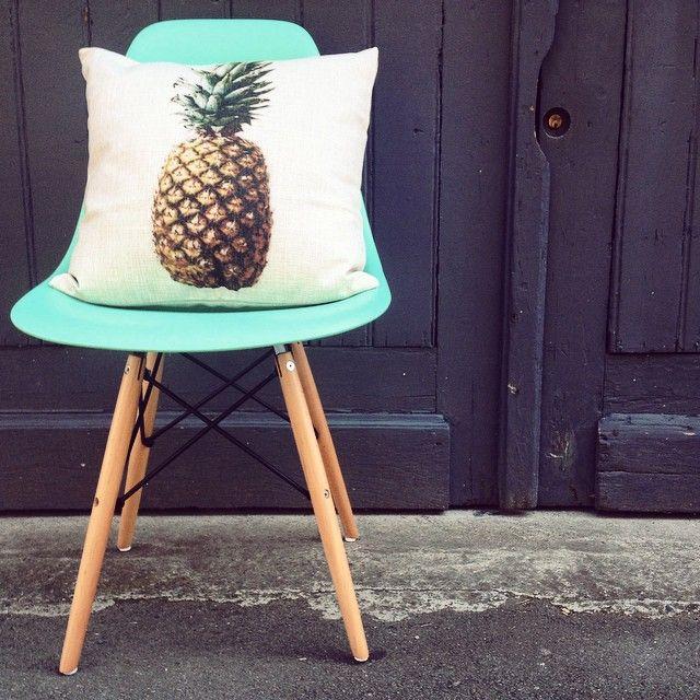 77 best l 39 univers meubles design meubles design 39 s for Coussin eames