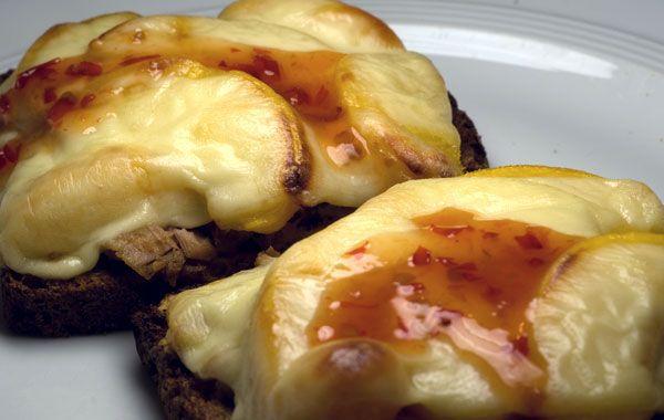 Geröstetes, überbackenes Brot mit Thunfisch und Pfirsichen