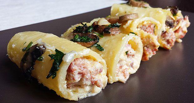 Oggi vi propongo una ricetta buonissima: paccheri con ricotta, salsiccia e funghi. I paccheri sono un formato di pasta campano, adatto alle farciture.