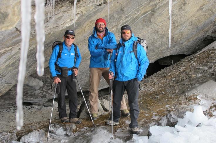 Carlos Soria, Luis López Soriano y Nacho Tena, en la entrada de la cueva hasta la que se han trasladado hoy los expedicionarios como parte de su entrenamiento diario.