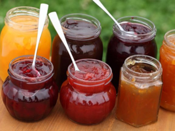 Sie sind super Mitbringsel, aber es empfiehlt sich, gleich eine Extraportion fürs eigene Frühstück zu machen: 7 Marmeladen zum Verschenken oder Vernaschen