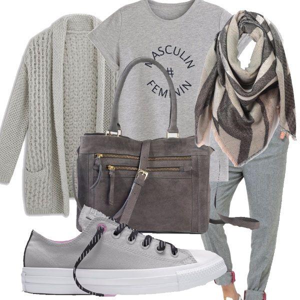 Outfit sportivo tutto in grigio per affrontare le prime grigie giornate. T-shirt, maglione, pantaloni con risvoltino, sneakers della Converse argentate, borsa con tracolla, sciarpina su tono.