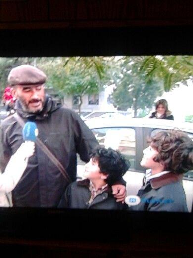 ¿Quien mejor que ese hombre para hablar con dos chavales que su padre? Esta claro... El maestro de música :)