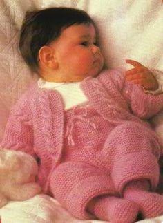 Um um conjunto pra bebê bem fácil.       Tamanho : 3 a 4 meses   Material : Pingouin Família* 6 nov. rosália; ag. para tricô Pingouin n° 5;...