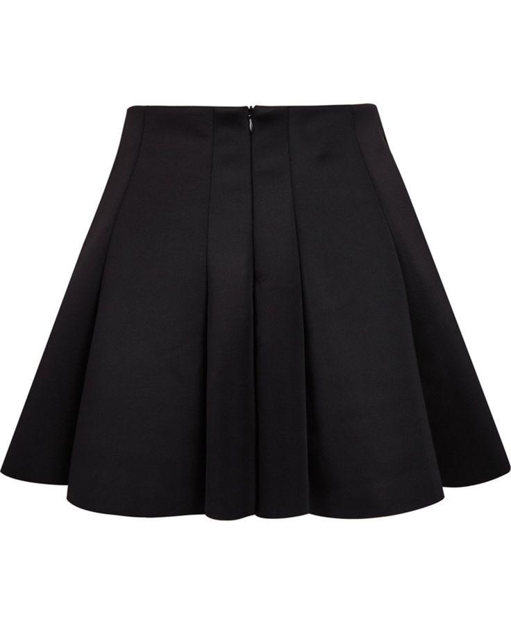 In Moment liebe ich die Outfits mit schwarzen Faltröcken.Ich selbst habe leider noch keinen finde die Outfits die man damit machen kann aber so schön und werde mir auf jeden Fall selbst noch so einen kaufen.♥ Zu kaufen:Zara