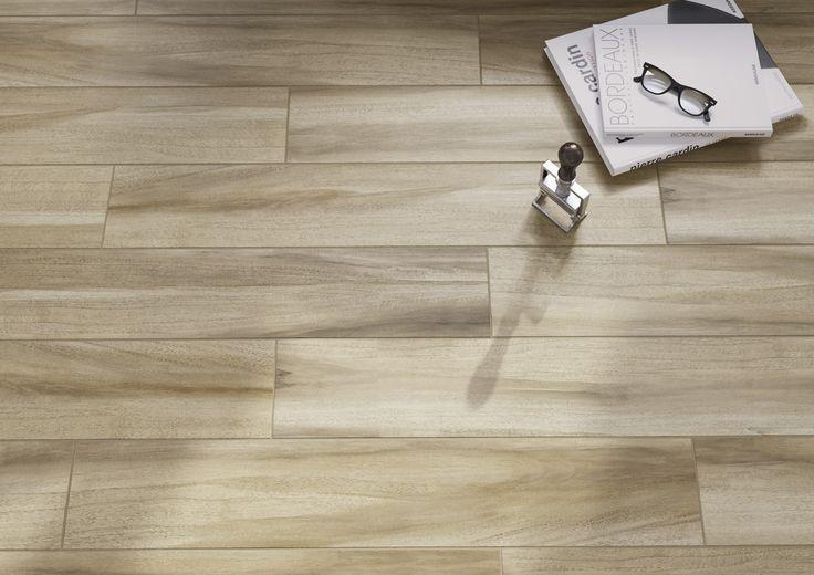 Drewniane panele czy płytki ceramiczne w salonie? Jedno i drugie dzięki płytkom z odwzorowanym naturalnym rysunkiem deski. Softwood - Opoczno - płytki ceramiczne 15x90.