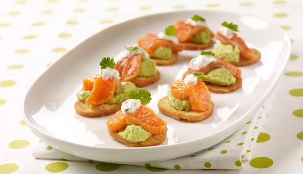 Tapas skal både se og smake godt, og med denne oppskriften sørger du for begge deler. Ørret med den delikate rødfargen på frisk, grønn avokado fascinerer alle sansene!