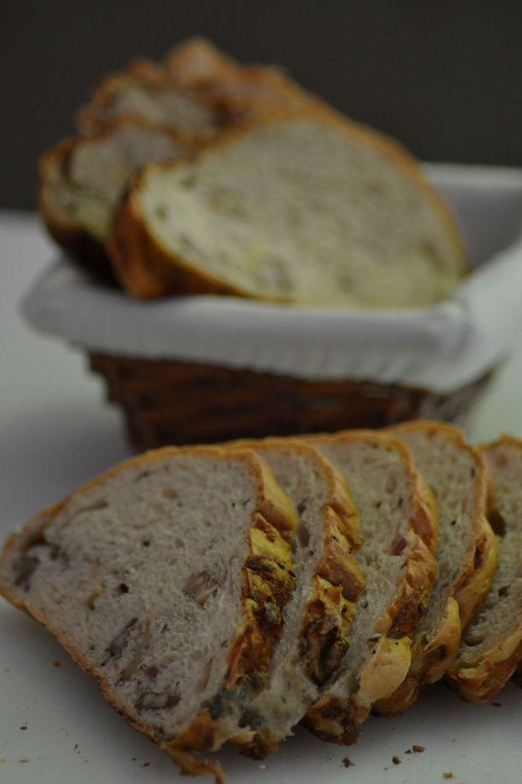 Brood met blauwe kaas, walnoten, spekjes en salie
