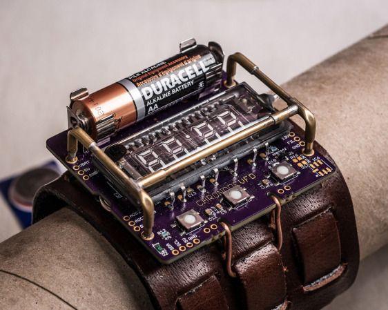 これかっこいい。。。  デジタルサイネージやイルミネーションサイネージなどの用途で新たな用途が開拓されつつあるVFD(蛍光表示管)。 そのVFDとAVRマイコン、単三乾電池を利用して、超絶にクールでスチームパンクな腕時計が開発されまし