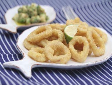 Für die Calamari fritti die gut geputzten Tintenfische waschen und in ca. 5-8 mm breite Ringe schneiden. In eine Schüssel geben, salzen und gut mit