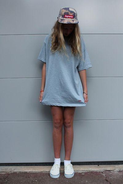 淡色柄キャップは色物Tシャツとも相性がいい◎ Supremeのアイテムを使ったコーデ・ファッションスタイルのまとめ。