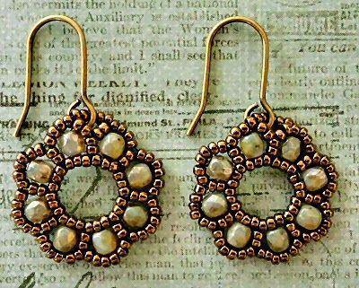 http://craftyinspirationbylinda.blogspot.be/2014/06/free-beading-tutorial-flora-earrings.html