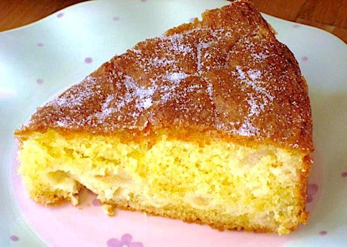 La torta di mele dietetica si realizza mescolando zucchero con farina, uova, sale ed unendo il lievito sciolto nel latte e le mele tagliate a fettine sottili. Il tutto verrà cotto in forno caldo per circa 25 minuti per poi essere servita fredda.