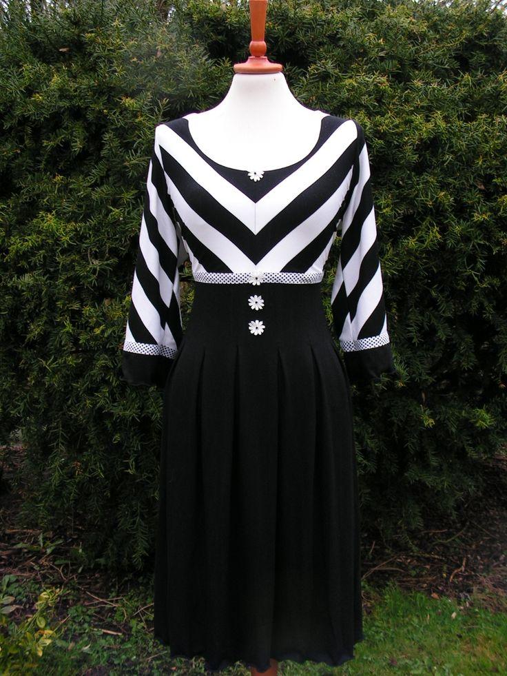 Sort/hvid jerseykjole med masser af læg  Se flere kjoler på min FB side  https://www.facebook.com/pages/Doris-Vestergaard-Design/110763765613494?ref=bookmarks