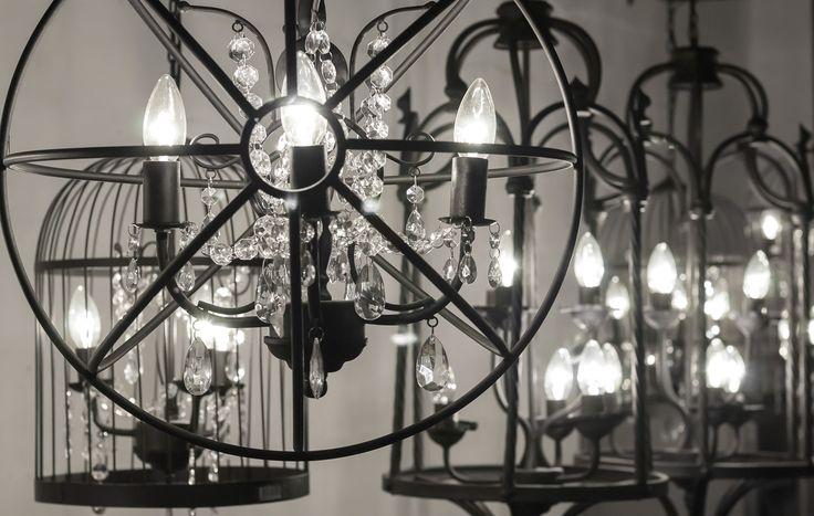 Lampa Obręcze wykonana z  metalowych prętów. Wewnątrz obręczy znajduje się łańcuch z plastikowych brylantów. #belldeco #lampa #loft #industrial #vintage #homedecor