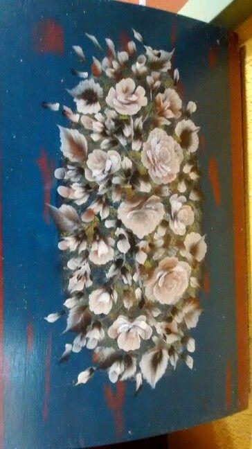 Tapa de baul pintada en pinceladas