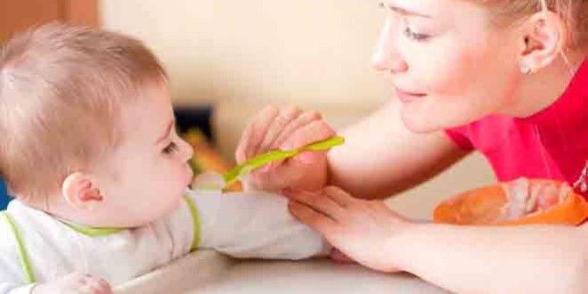 Πότε να βάλεις τις στερεές τροφές στη διατροφή των μωρού σου. Όσα συνιστούν οι παιδίατροι | Γόβα Στιλέτο
