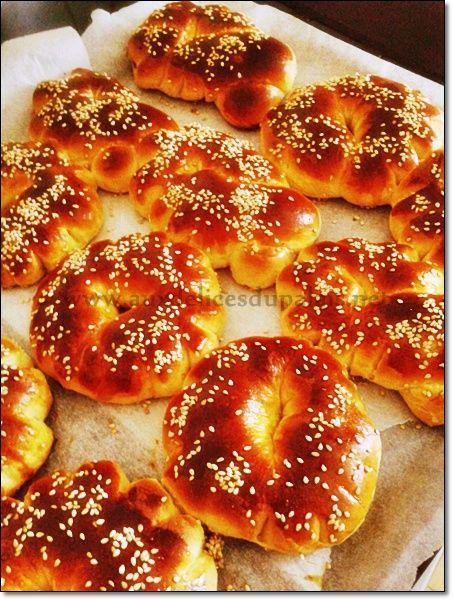 Recette Kaak brioche algérienne moelleuse & parfumée pour l'Aid el Fitr ; Salam allaicom, bonjour je vous poste aujourd'hui la recette des Kaâk ces délicieuses couronnes briochées parfumées à l'eau de fleur d'oranger et l'anis que les femmes de l'ouest...