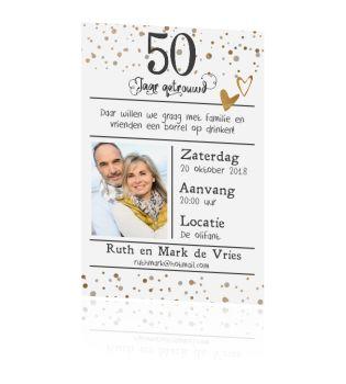 50 jaar getrouwd? Super feestelijke enkele uitnodiging met koper kleurige confetti, ruimte voor eigen foto, vast lijn verdeling voor je eigen tekst. Kaart zelf maken.