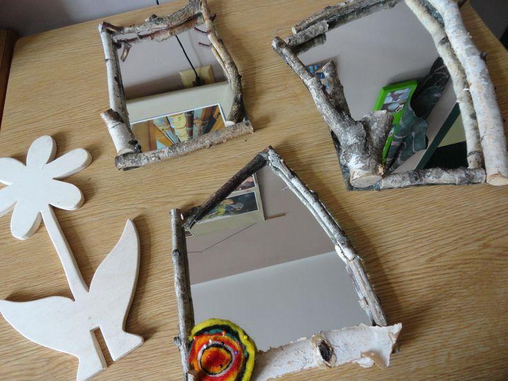 Birkenzweige mit Spiegelkleber oder Heißklebepistole auf Spiegeln aus Glasereiabfall kleben. Lederbändchen zum Aufhängen dazwischen fassen.Den so entstanden Rahmen eventuell mit etwas Silber patinieren.