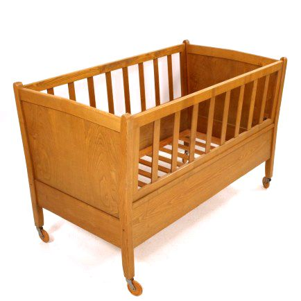 Kinderbett auf Rädern von Victoria-Möbel, Baar Lattenrost verstellbar H 84cm, L 128cm, B 72cm