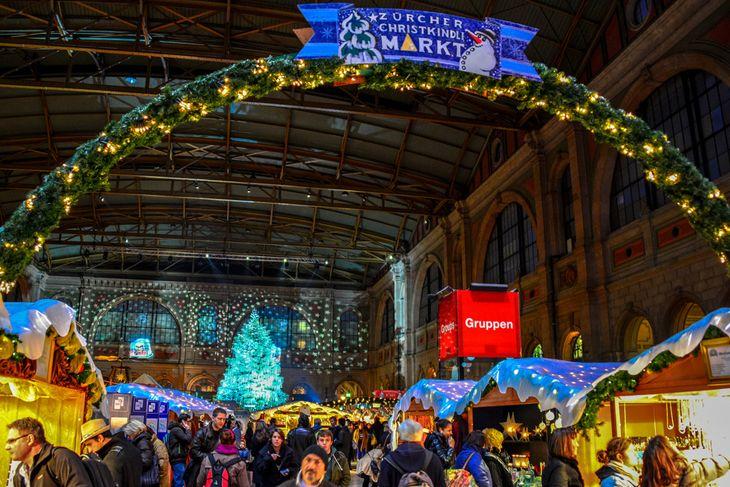 Цюрих знаменит самой большой крытой рождественской ярмаркой в Швейцарии и всей Европе, брильянтовой новогодней елкой Сваровски и поющей елью.
