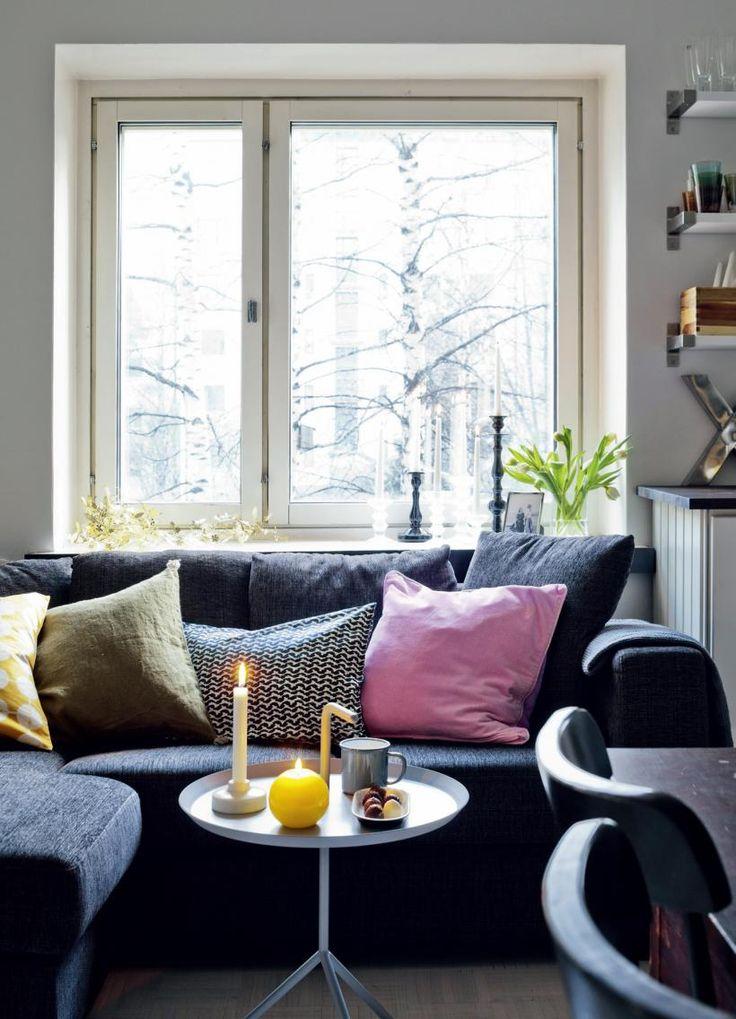 Ikkunalaudalla on koristeena metallinen, taivutettava Garland-valaisimen varjostin. Iittalan Festivo-kynttilänjalat on saatu lahjaksi ja mustat kynttilänjalat hän on ostettu Kodin1:stä. | LUVASSA MAUSTEISIA GLÖGI-ILTOJA | Koti ja keittiö