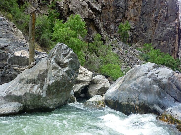gunnison-river-boulders.jpg 900×675 pixels
