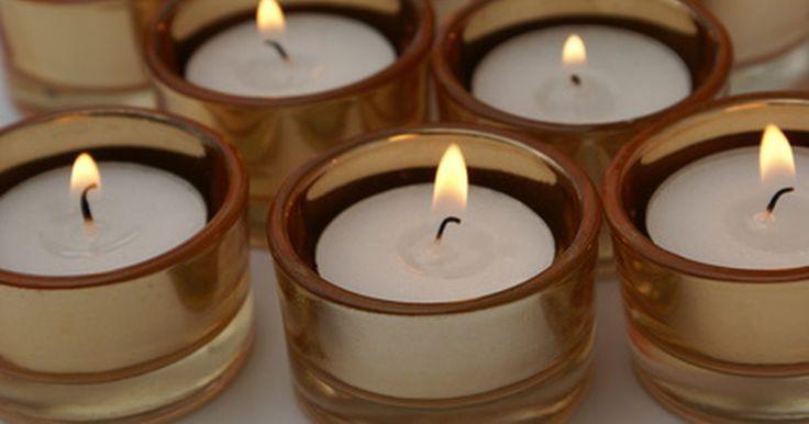 Como remover cera antiga de vela em recipientes de vidro. As velas aromáticas vêm em diversas cores e aromas. Elas dão luz, ornamentam a decoração de uma casa e ajudam a relaxar. Caso você use recipientes de vidro para manter as suas velas, talvez encontre um rastro de cera derretida quando ela se apagar. Embora a remoção da cera em um recipiente de vidro possa parecer uma tarefa difícil, na verdade, é ...