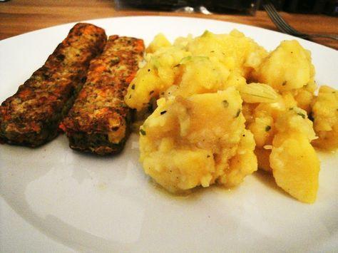 Zutaten (für 4 hungrige Schwaben):1 kg Kartoffel, festkochend1 Zwiebel2 EL weißer Essig1 TL Senf 1 Tasse Fleischbrühe1 EL Salz1 PrisePfeffer2 EL Öl5 Essiggurken Zubereitung:Der Salat schmeckt am besten, wenn er richtig durchgezogen ist, also am besten schon am Vortag zubereiten. 1. Kartoffeln im Dampfgarer kochen, anschließend pellen und ich Scheiben schneiden.2. Zwiebel in feine Würfel … Mehr →