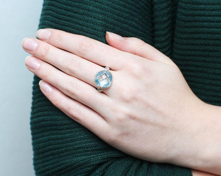 Butelkowa zieleń sweterka i błękit turmalinu w pierścionku.