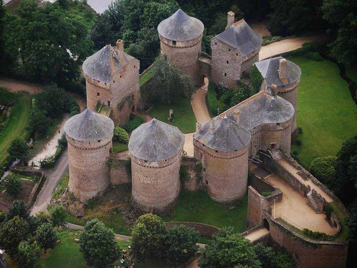 French keep. How many towers does one wall need?