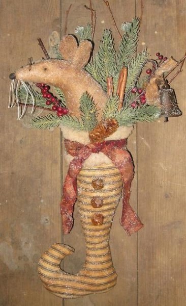 Christmas mouse in stockingGrungy Christmas, Crafts Primitives, Christmas Prim, Prim Christmas, Primitives Grungy, Christmas Mouse, Primitives Christmas, Christmas Stockings, Christmas Decor