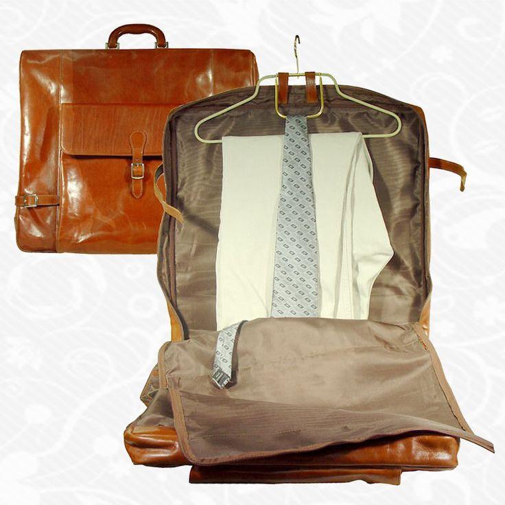 Kožené cestovné púzdro na oblek, ochráni Váš oblek pri cestovaní. Vyrobené z pravej talianskej kože.  Púzdro na oblek uzatvorené suchým zipsom.     Použitý materiál:  - pravá koža  - vysoko-odolný voči klimatickým podmienkam.     Rozmery:  - univerzál na rôzne druhy veľkostí oblekov alebo iných šiat  http://www.vegalm.sk/produkt/kozene-cestovne-puzdro-na-oblek-c-8137/