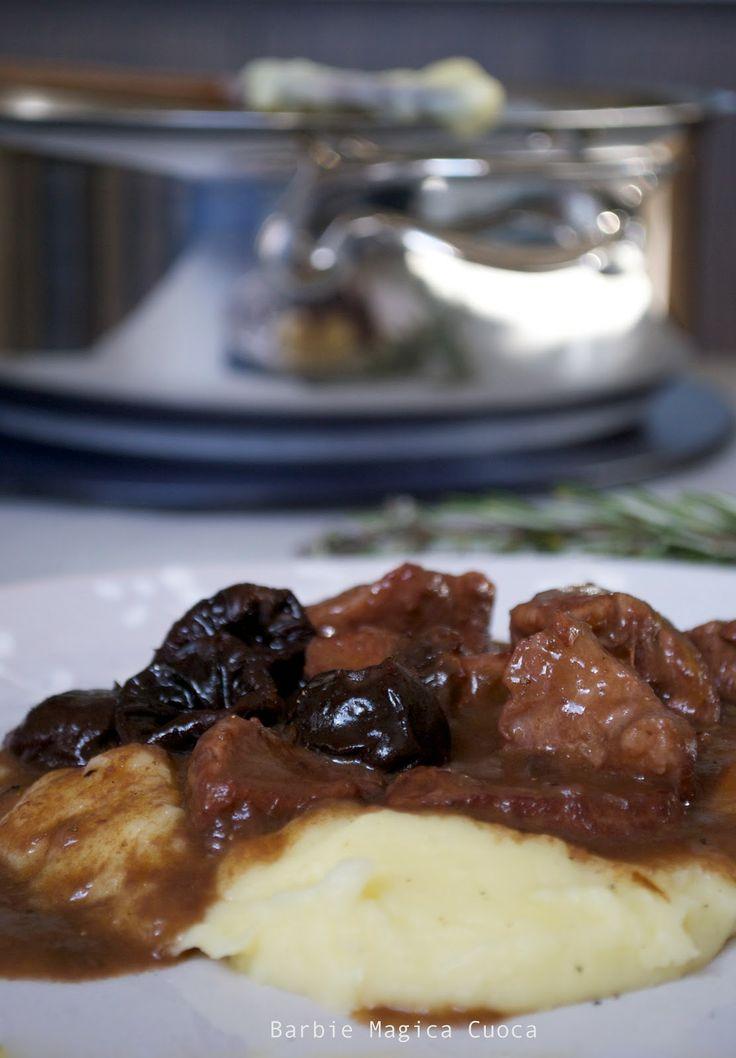 """Per la rubrica """"comfort food"""" spezzatino di vitello e prugne al vino rosso con purè di patate....I <3 la ricetta qui: http://barbiemagicacuocagr.blogspot.it/2014/02/spezzatino-di-vitello-e-prugne-al-vino.html"""