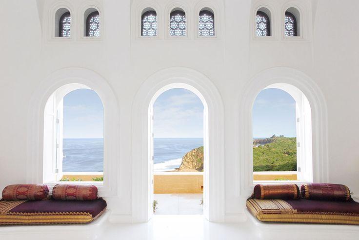 Pasar tus vacaciones en Cuixmala es como vivir dentro de una fantasía. Ubicada en nuestra costa del Pacífico, este refugio de vacaciones fue la casa del multimillonario británico Sir James Goldsmith.