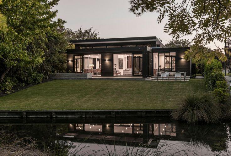 Autorem skostného domu na Novém Zélandě je studio Cymon Allfrey Architects Ltd. Dům vyrostl na místě postiženém živelnout katastrofou. Původní dům byl zničen při zemětřesení v letech 2010/2011. Stal se tak náhradou, která skvěle zapadá do kontextu místní architektury. Zároveň nijak nenarušuje zachovalou a přenádhernou zahradu, plnou vzrostlých stromů.  Autor:Cymon Allfrey Architects Ltd Místo:NovýZéland