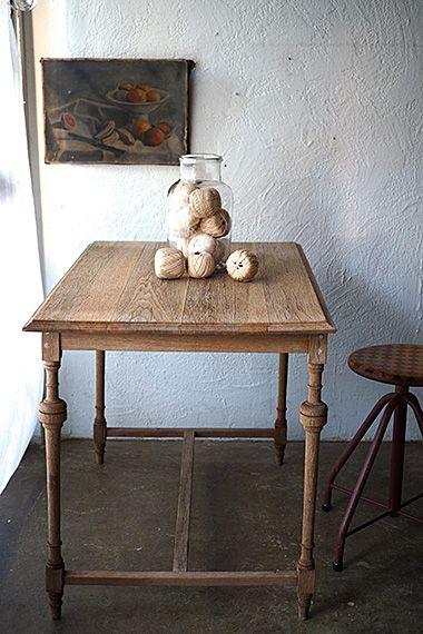 リーンにオークテーブル-french oak table さっぱりと余分を削ぎ落とした姿かたち。各脚にアクセントとしてバルボス(球根)レッグの意匠が控えめに、現代風に転化したかと思われる。シンプルな形成のH字型の貫、天板裏の留め方等からおそらく其れ程古い時代に作られたテーブルでは御座いませんが、無垢材の定点観測を思わせる味わいへの変化はこれより。ダイニングテーブルとして濡れたコップ等直に置かれると木部に染みが残りやすいと思われますので、気になる方はトレイ等お使いいただく事をお勧め致します。